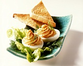 Schwedische Teufelseier mit Salat, Dill und Toast