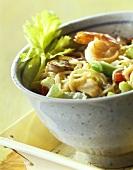 Hähnchen Chow-Mein mit Nudeln, Gemüse, Garnelen aus dem Wok