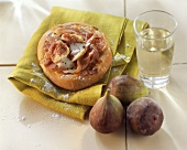 Mini-pizza with ham and figs