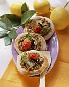 Pizzette al tonno (Mini-pizzas with tuna and lemon)