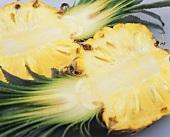 Zwei Ananashälften