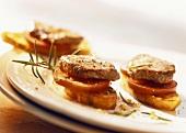 Lammmedaillons mit Tomaten auf Baguette