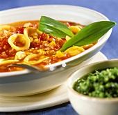 Zuppa con pomodoro e aglio orsino (Noodle soup with ramsons)