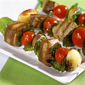 Barbecued tuna kebabs with cherry tomatoes and mint