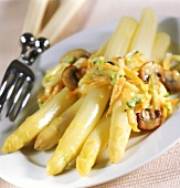 Asparagus with vegetable and basil sauce