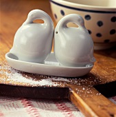 Salt and pepper pots in form of china geese