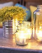 Teelichter in Einmachgläsern, Zweige in Konservendose