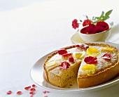 Torta di marzapane e rose (marzipan tart with rose petals)