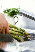 Washing green asparagus