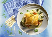 Asparagus in puff pastry with ham and cream sauce