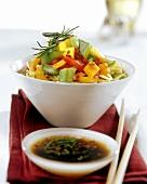Chinesische Eiernudeln mit Paprikagemüse; Chilisauce