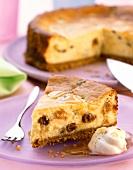 Cheesecake with raisins, honey sauce and cream