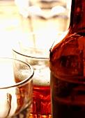 Ein Glas Ale mit Bierflasche