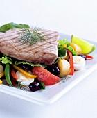 Thunfischsteak auf Gemüsesalat