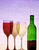 Rotweinflasche mit drei Gläsern