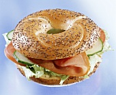 Poppy seed bagel with Lachsschinken and cucumber