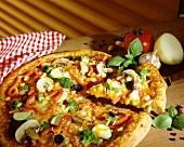 Gemüsepizza mit Champignons und Basilikum