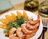 Shrimps and mango wedges with curly endive
