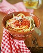 Bucatini all'amatriciana (Nudeln mit Speck-Tomaten-Sauce)