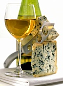 Gorgonzola with cheese knife and dessert wine