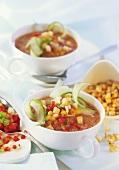 Kalte Gemüsesuppe mit würzigen Croûtons in zwei Tassen