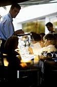 Kellner in französischem Restaurant