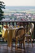 Frühstück auf Balkon eines französischen Hotels