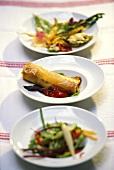 Menü mit Salat, Gemüsestrudel und fritiertem Gemüse
