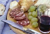 Merenda toscana (Brotzeit mit Salami, Trauben & Rotwein)