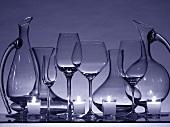 Stillleben mit leeren Weingläsern, Karaffen und Kerzen