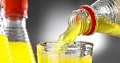 Limonade einschenken