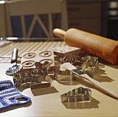 Plätzchenausstecher, Backpinsel und Teigrolle