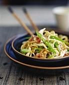 Chow mein (Eiernudeln mit Gemüse und Hähnchen; China)