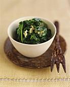 Spinat mit Knoblauch aus dem Wok