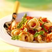 Tortellini al pomodoro (Teigtäschchen mit Tomatensauce)