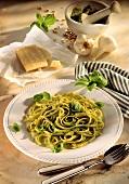 Linguine con pesto alla genovese (Pasta with basil sauce)