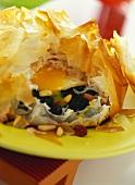 Spinat mit Ei, Rosinen und Pinienkernen im Filloteig