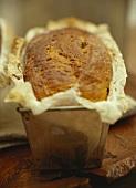 Frisch gebackenes Kastenbrot in der Backform
