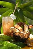 Tamarinden in ausgehöhlter Kokosnuss; Tamarindencocktail
