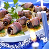 Canapés with bacon-wrapped plums for Christmas