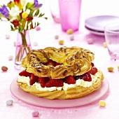 Ostergebäck mit Sahne und frischen Erdbeeren
