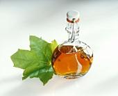 Flasche Ahornsirup und Ahornblatt