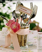 Cutlery in glass with floral decoration