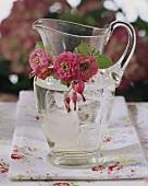 Wasserkrug mit Blumendeko