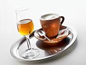 Grappa und Espresso auf Tablett