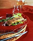 Heiss geräucherter Lachs mit Blattsalat