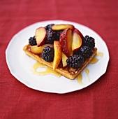 Ein Stück Obstkuchen mit Honig