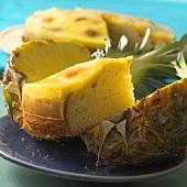 Ananaskuchen und frische Ananas