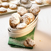 Gingerbread biscuits with icing sugar in white bowl
