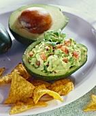 Guacamole in ausgehöhlter Avocado; Tortillachips